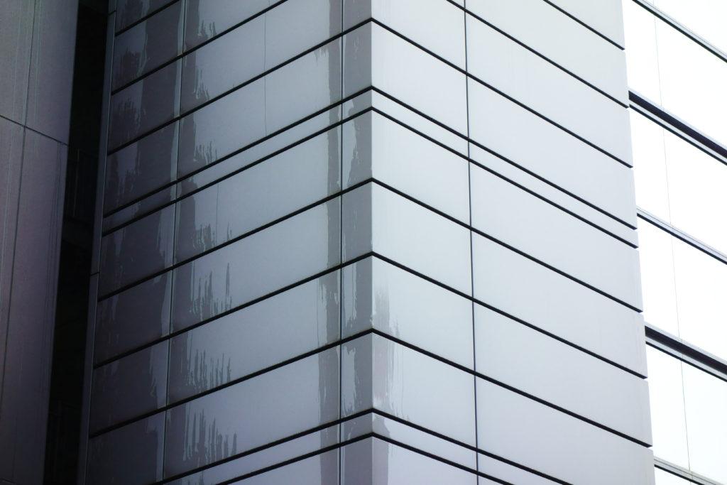 雨で濡れたビルの外壁